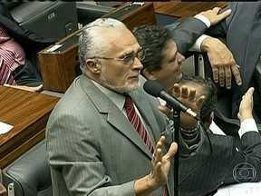 Deputados aprovam projeto de lei que inibe criação de novos partidos - O projeto de lei que inibe a criação de novos partidos políticos no Brasil foi aprobado na noite de quarta-feira (17). Os governistas aprovaram o projeto com 240 votos a favor e 30 contra.