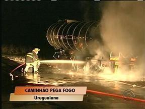 Caminhão carregado com álcool pega fogo na BR-290 - Segundo a Polícia Rodoviária Federal, a causa do incêndio foi o superaquecimento do freio do veículo.