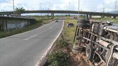 Caminhão carregado de óleo tomba na BR-101; motorista se fere - Ao chegar perto deste viaduto, o motorista tentou desviar de um buraco na pista e perdeu o controle da direção.