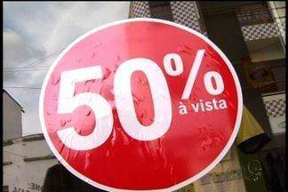 Comércio em Juazeiro do Norte tem promoções de até 60% - Promoções são forma de melhorar as vendas no período de crise.