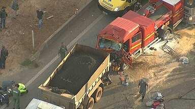 Congestionamento chega a seis quilômetros após acidente na BR-381 - Batida no sentido São Paulo envolveu cinco veículos.