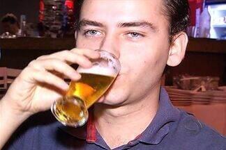 Pesquisa mostra aumento de consumo de bebidas alcoólicas - A quantidade de pessoas que consomem álcool, pelo menos uma vez por semana, aumentou nos últimos anos, segundo uma pesquisa, que também traz um alerta: seis em cada dez brasileiros consomem grandes quantidades em pouco tempo.