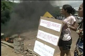 Moradores de Buriticupu interditam a BR-222 - Eles reclamam de prejuízos por causa das obras de recuperação da rodovia, principalmente no povoado Nova Vila.
