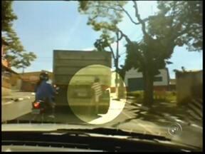 Flagrante mostra criança pendurada em caminhão - Um menino foi flagrado pendurado em um caminhão na tarde desta sexta-feira (19) em Itapetininga (SP). O flagrante foi feito pela repórter Viviane Oliveira, da TV TEM, na rua Pedro Voss, no Jardim Fogaça.