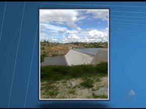 Barragem de Cristalândia em Brumado transborda com chuva - Segundo a prefeitura, não há registro de enchentes e desabamentos