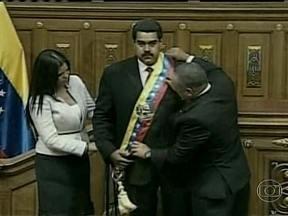 Posse do novo presidente da Venezuela é marcada por confusões - Nicolás Maduro assumiu o mandato de presidente da Venezuela até 2019. Mas ele foi interrompido em pleno discurso por um homem que tomou o microfone da mão dele. A transmissão da posse pela TV foi suspensa por alguns minutos.