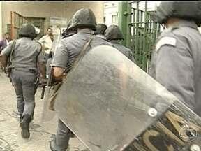 Julgamento de acusados de participar do massacre do Carandiru é retomado - Foi retomado, neste sábado (20), o julgamento de 26 policiais militares acusados de participar do massacre do Carandiru. Defesa e acusação tentam convencer os jurados.