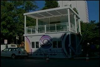 Concluída montagem da Casa de Vidro em Santa Maria, RS. - O estúdio móvel da RBS TV será usado durante a Feira do Livro em Santa Maria, RS.