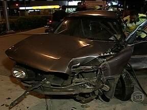 Acidente na pista do BRT TransOeste mata uma pessoa - Um carro tentou fazer um retorno proibido na Avenida das Américas e foi atingido por um ônibus na pista do BRT TransOeste. O motorista morreu na hora e a esposa dele está internada em estado grave. Uma terceira vítima foi levada para o hospital.