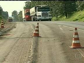 Estradas precárias atrasam o crescimento do Brasil - As condições precárias das estradas brasileiras estão atrasando também o crescimento do país. A falta de fiscalização no peso dos caminhões é responsável pelo número de buracos e rodovias.
