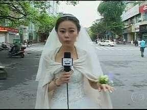 Repórter faz reportagem de terremoto em pleno casamento - Uma imagem que mostra a repórter vestida de noiva fazendo uma reportagem do terremoto na China em seu próprio casamento ficou famosa na internet. Ela largou a cerimônia e foi fazer a reportagem.