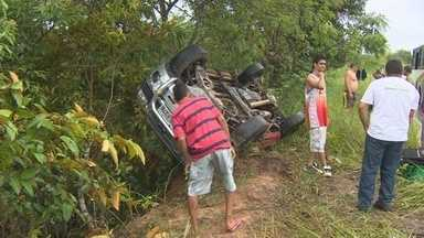 Carro capota na estrada do Tarumã, Zona Oeste de Manaus - Carro deslizou e capotou próximo à chamada 'curva da morte'.