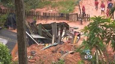Barranco desaba no bairro Mauazinho, Zona Leste de Manaus - Dados da Defesa Civil registraram aproximadamente 50 casas alagadas por causa da forte chuva que cai em Manaus desde o início da noite deste domingo (21)