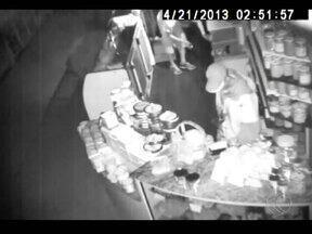 Ladrões entram pelo telhado e furtam galpão do Mercado Municipal em Uberlândia - Três boxes foram furtados e um quarto teve a caixa registradora danificada. Ação dos suspeitos foi registrada pelas câmeras de segurança.