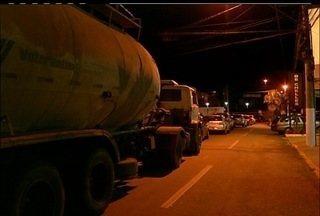 Rodovia RJ-116, na altura da Ponte da Saudade, fica fechada após acidente - Carro derrubou dois postes.