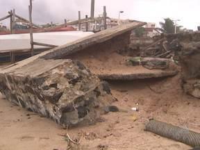 Mar agitado causa transtornos em calçadas e praças de Salvador - Com as chuvas e os ventos fortes, o mar fica mais violento, aumentendo a força das ondas.