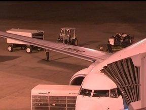 Voo para Manaus é suspenso após passageiro dizer que haveria explosão - No ônibus a caminho da aeronave, um homem teria dito que estava com uma bomba. A Polícia Federal foi acionada e esvaziou o avião. O suposto explosivo não foi encontrado. O homem foi liberado após dar explicações à polícia.