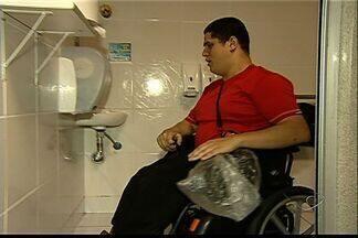 Cadeirante relata dificuldades com banheiros públicos em Vitória - Pablo Rabelo é universitário e diz com os banheiros deveriam ser para atender pessoas com limitações físicas.