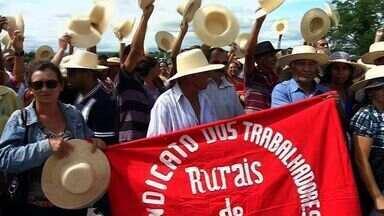 Em protesto, agricultores reivindicam mais ações para a luta contra a seca - Trabalhadores fecharam por quase três horas a BR-222, em Sobral.