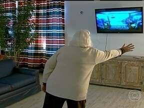 Idosas se divertem e exercitam com videogames - Tem gente com 90 anos que consegue fazer coisas que achamos que só os jovens podem fazer. Um jogo pode ser uma forma divertida de se fazer uma fisioterapia, explicou a fisioterapeuta Karina Molina.