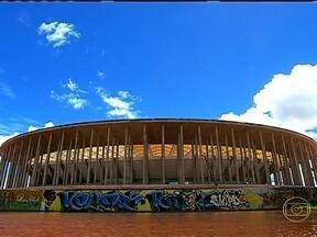 Estádio Mané Garricha impressiona pela grandiosidade - O novo estádio de Brasília tem capacidade para 72 mil espectadores e é tão grande que o Maracanã cabe dentro dele. O Mané Garrincha é auto-sustentável e produz energia. O custo da obra foi de mais de R$ 1 bilhão.