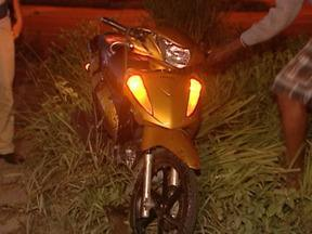 Mulher bate em carro com moto, é lançada a 15 metros e morre no ES - A vítima tinha 21 anos. Acidente aconteceu na Avenida Darly Santos.