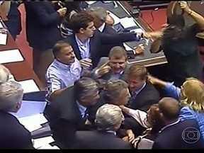 Aprovação de artigo gera polêmica na Câmara dos Deputados, na Argentina - A aprovação de três artigos gerou muita polêmica e confusão na Câmara dos Deputados da Argentina, na última quinta-feira (25). A oposição deixou o plenário em protesto.