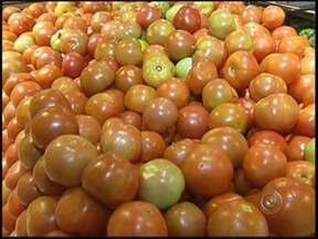 Após inflação, preço do tomate baixa em Marília, SP - o tomate foi o alimento que teve um grande aumento e se tornou o vilão da inflação.// por pouco tempo: o preço baixou.// o valor é quase o mesmo de antes do aumento.