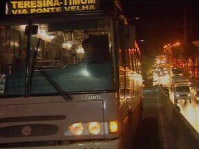Ônibus quebra na Ponte da Amizade e causa enorme congestionamento - Ônibus com problemas mecânicos bloqueia Ponte da Amizade e causa enorme congestionamento