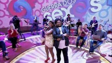 Ex-participantes do The Voice Brasil cantam tema de 'Guerra' - Elenco da trama se anima com a apresentação