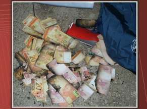 Homens são presos suspeitos de usar dinheiro roubado de caixas em Itaguaçu - Cédulas estavam parcialmente manchadas e queimadas.