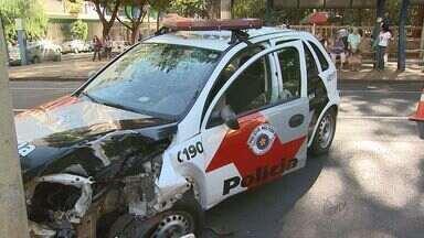 Viatura policial perde controle e bate em poste em Ribeirão Preto, SP - Policiais foram socorridos com ferimentos leves