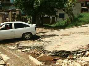 Esgoto entupido provoca problemas em rua de Mauá - Os Parceiros do SP mostram os problemas que o desvio do esgoto de uma rede que entupiu, provocou na região. Uma vala foi aberta, mas a água suja entra nas casas quando chove e a abriu grandes buracos na rua.