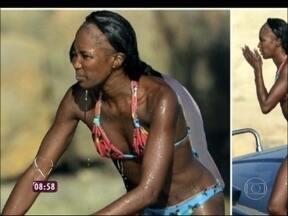 Alopecia por tração: conheça problema, que atinge famosas, gerado por apliques - Naomi Campbell é fotografada com uma enorme faixa calva no cabelo