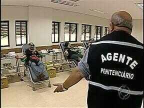 """Agentes penitenciários doam sangue e protestam pela morte de colegas na ativa - O protesto chamado de """"Agente Sangue Bom"""" chama a atenção do Estado para as condições de trabalho dos agentes penitenciários."""