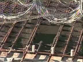 Nenhum preso dos que fugiram ontem foi recapturado até agora em Umuarama - Os presos escaparam pelas grades da área de tomar sol. Oito detentos fugiram.