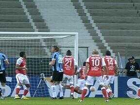 Com empurrão da torcida, Grêmio vence Santa Fé mesmo com um a menos - Partida terminou em 2 a 1.