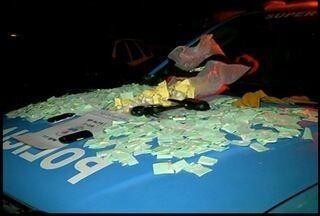Quatro pessoas são presas vendendo drogas em Nova Friburgo, RJ - Foram apreendidos 1070 papelotos de cocaína, dois rádios transmissores, três celulares e R$ 460 em dinheiro.