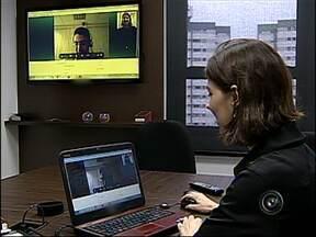 Empresas usam internet para fazer entrevistas de emprego - De um lado, um empregador a procura de um profissional. Do outro, um candidato ansioso pela vaga. E para facilitar o processo para quem está longe, as empresas estão cada vez mais usando a internet para as entrevistas de seleção.