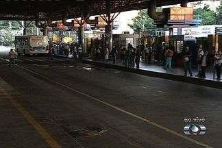 Greve de motoristas prejudica usuários do transporte coletivo, em Goiânia - Usuários do transporte coletivo foram prejudicados na quinta-feira (2) pela greve dos motoristas de ônibus. Revoltados, passageiros fecharam o terminal Praça da Bíblia, no Setor Leste universitário, em Goiânia.