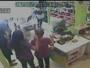 Polícia divulga imagens da câmera de segurança e pede ajuda da população - Depois que a polícia divulgou as imagens da câmera de segurança que mostraram bandidos assaltando uma loja, a PM pediu ajuda da população para identificar os criminosos.