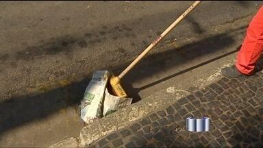 Projeto prevê multa de R$ 100 para quem joga lixo no chão em São José - Projeto do legislativo deve ser votado na Câmara em duas semanas. Caso seja aprovada, lei vai precisa ser regulamentada pelo executivo.