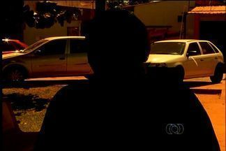 Suspeito de estupro é preso após vítima mandar SMS para mãe, em GO - Um rapaz de 22 anos foi preso em flagrante suspeito de estuprar uma garota de 18 anos, em Valparaíso de Goiás, cidade goiana do Entorno de Brasília, na quinta-feira (2). O homem, que é conhecido da família, só foi detido porque a jovem mandou um SMS.
