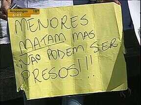 Manifestantes pedem a diminuição da maioridade penal - Familiares e amigos do empresário José Luiz de Souza estenderam faixas e cartazes para penir punição mais rigorosa para menores que cometem crimes