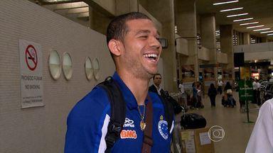 Jogadores do Cruzeiro desembarcam em BH após vítoria no Rio de Janeiro pela Copa do Brasil - Jogadores estavam satisfeitos com a vitória por 2x1 sobre o Resende.