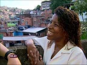 Adriana 'das empadinhas' monta parada de sucessos das suas paródias - Vendedora faz adaptação de músicas famosas para vender seus salgados