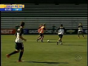Torcedores do Juventude fazem fila para comprar ingresso para a final de domingo (5) - O time de Caxias fez treino aberto.