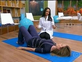 Fazer alongamento ameniza a dor nas costas - O alongamento desperta a musculatura. Então, acaba preparando o corpo para o estresse.