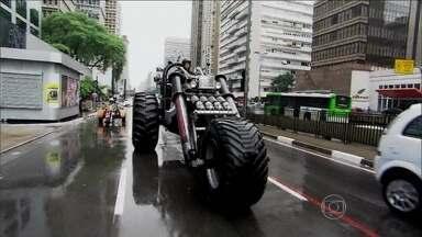 Nakamura passeia com o triciclo pelas ruas de São Paulo - A invenção de Boby fez o maior sucesso!