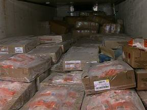 Polícia apreende 1 t de maconha em carga de frango congelado em SP - A Polícia Civil de Guarulhos, na Grande São Paulo, apreendeu uma tonelada de maconha no baú de um caminhão, no meio de uma carga de frangos congelados na noite deste domingo (5).